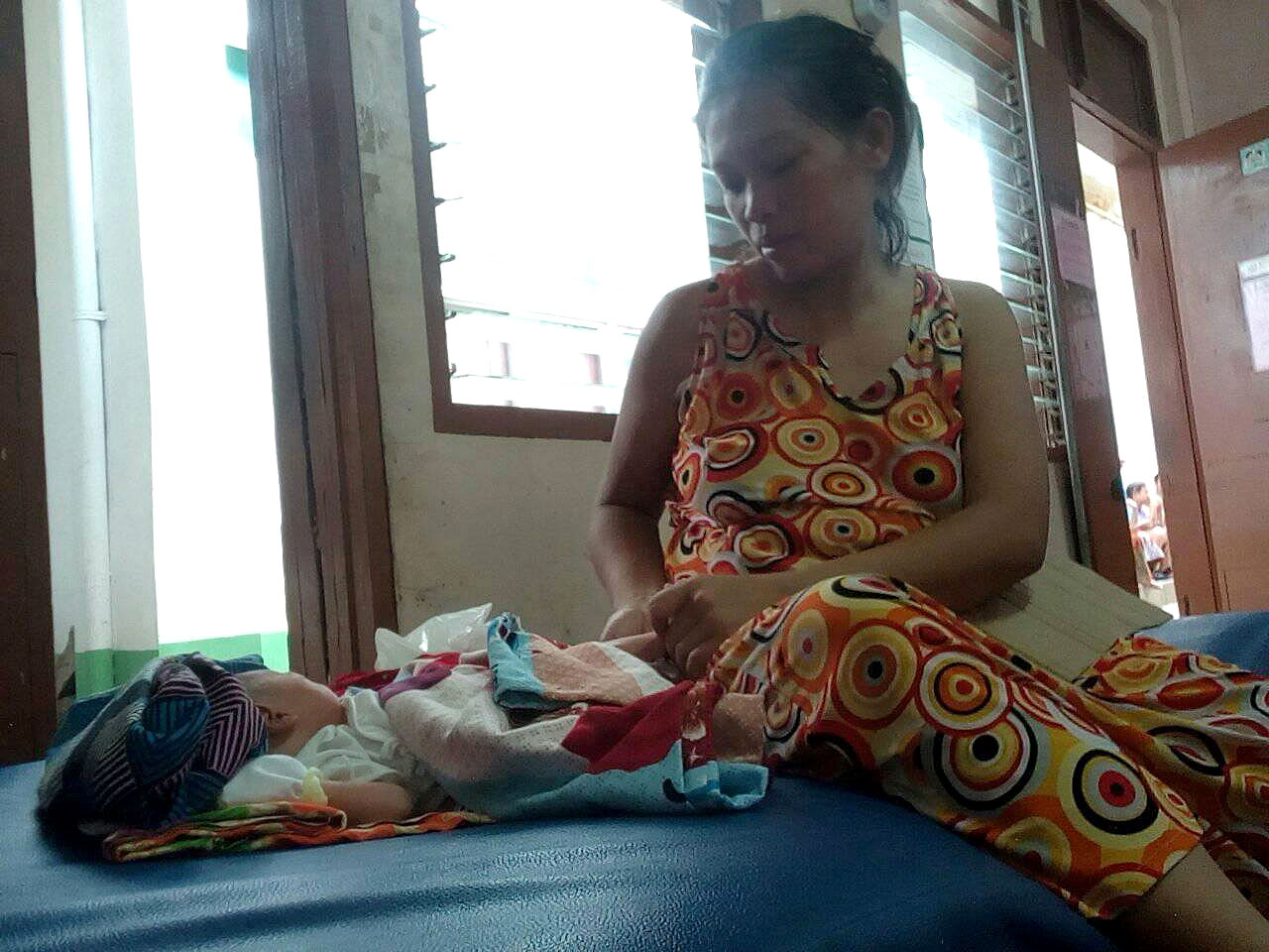 MOTHER FROM MARAWI. On Friday night, May 26, an evacuee from Marawi City gives birth to a baby boy in a public hospital in Iligan City. Photo courtesy of Ashie Matuan Malaco