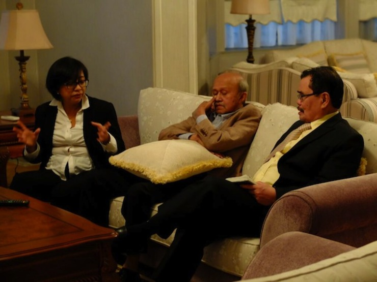 'WORKSHOP.' Government chief negotiator Miriam Coronel-Ferrer in a discussion with Malaysian Facilitator Tengku Ghafar and Moro Islamic Liberation Front chief negotiator Mohagher Iqbal. Photo by OPAPP
