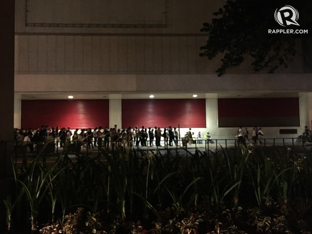 QUEUEING. In this file photo, stranded pedestrians wait patiently in line for a ride at Landmark in Makati City.