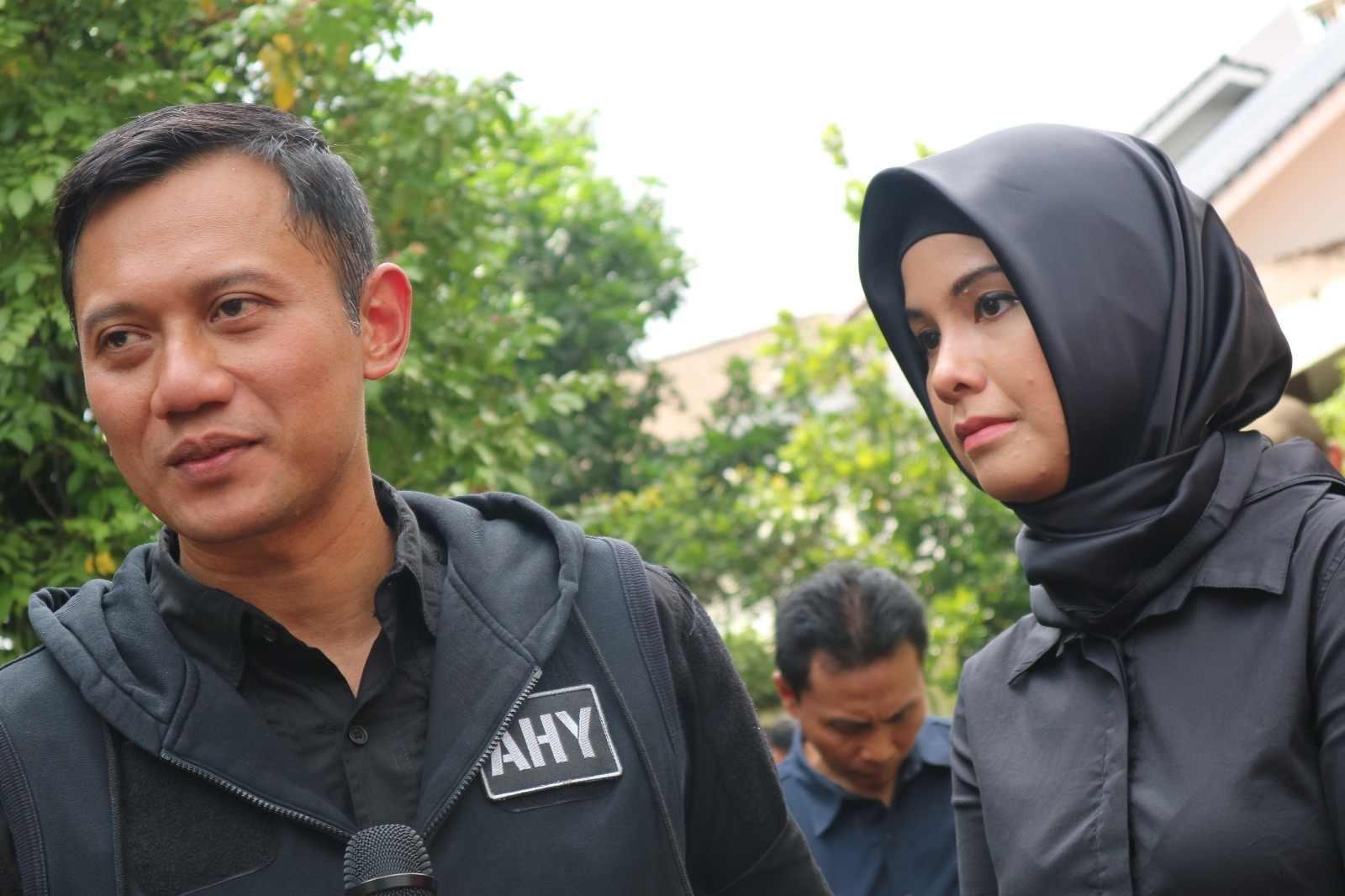 Agus Harimurti bersama istrinya Annisa Pohan saat di TPS, Rabu (15/2). Foto oleh Sakinah Ummu Haniy/Rappler