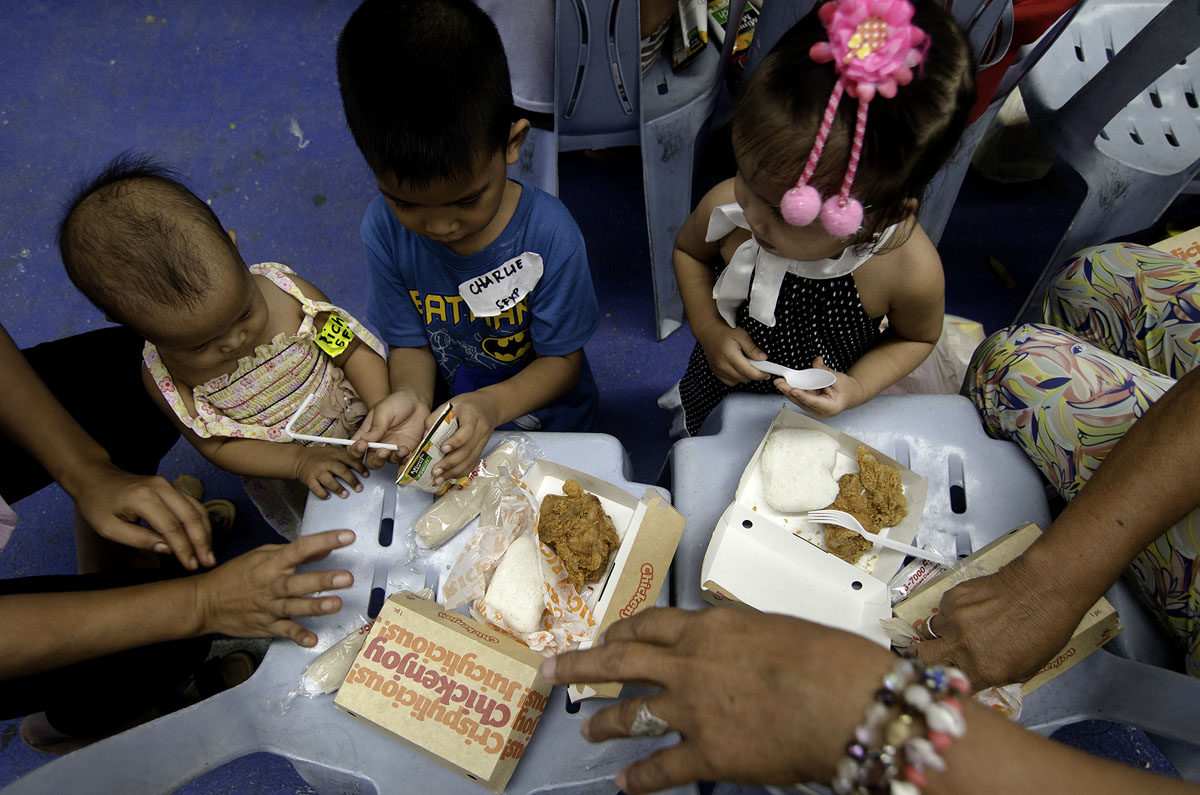 HAPPY MEAL. Families of EJK victims enjoy their Jollibee Chickenjoy meal during lunch. Photo by Maria Tan/Rappler
