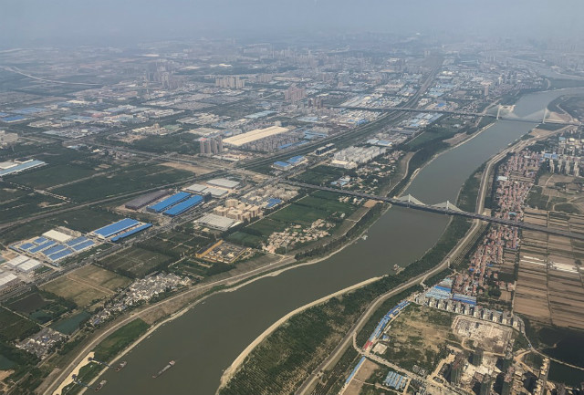 WUHAN. This aerial view taken in September 2019 shows the Yangtze River in the city of Wuhan in Hubei Province. File photo by Hector Retamal/AFP