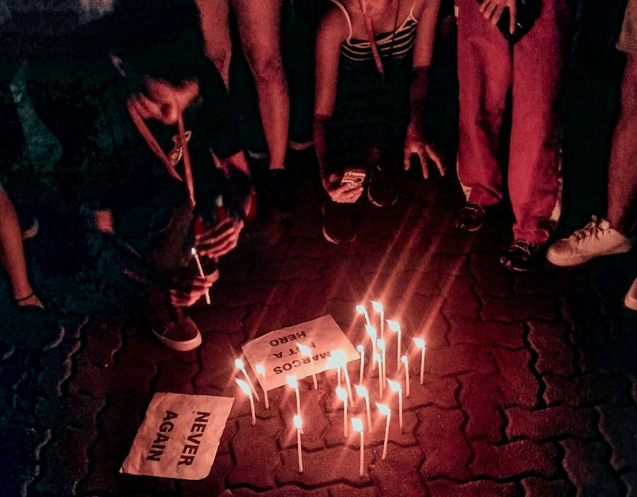 REMEMBERING MARTIAL LAW. Silliman University students light candles at the Portal East in Dumaguete City to commemorate the 46th Martial Law Anniversary. Photo by Mhel Catacutan/Rappler