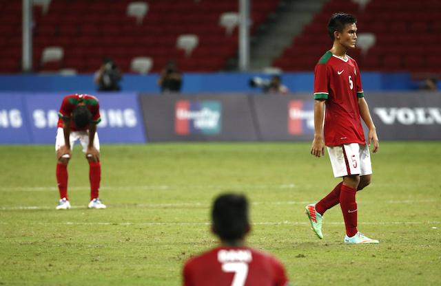 PERINGKAT TERBURUK. Para pemain Indonesia lesu setelah kalah dalam semifinal melawan Thailand dalam SEA Games di Singapura, 13 Juni 2015. Foto oleh Wallace Woon/EPA