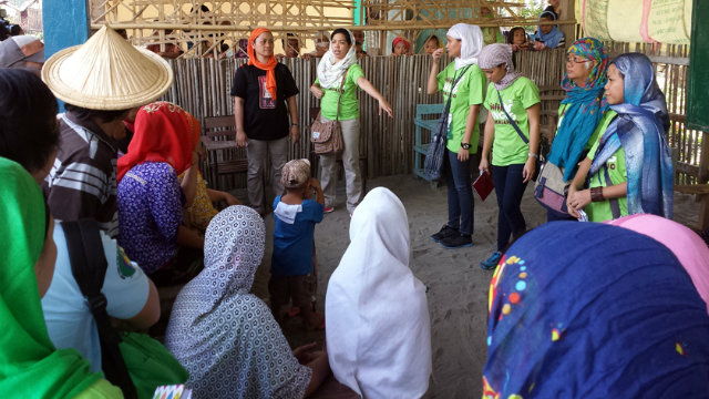 EMPOWERED LEADERS. Lyca Sarenas (center in green) of Oxfam in the Philippines with women leaders of Mindanao. Image courtesy of Oxfam.