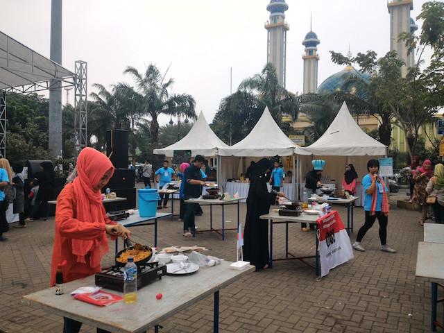LOMBA MEMASAK. Seorang peserta sedang unjuk kebolehan dalam acara Festival Kuliner Lintas Iman di Bekasi, Minggu, 17 Januari. Foto oleh panitia