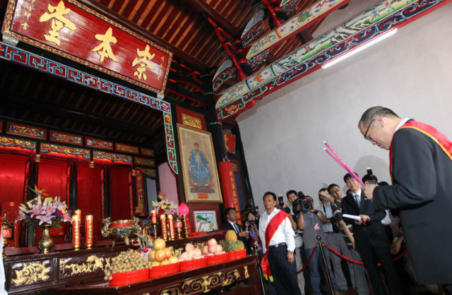 CHINESE ROOTS. Philippine President Benigno Aquino III lights ceremonial incense at the temple of his ancestors, the Xu (Co) clan, at Hongjian village in China's Fujian province on September 3, 2011. File photo by Jay Morales/Malacañang Photo Bureau