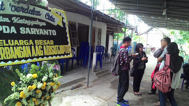 Karangan bunga di depan rumah Saryanto. Foto oleh Mawa Kresna/Rappler