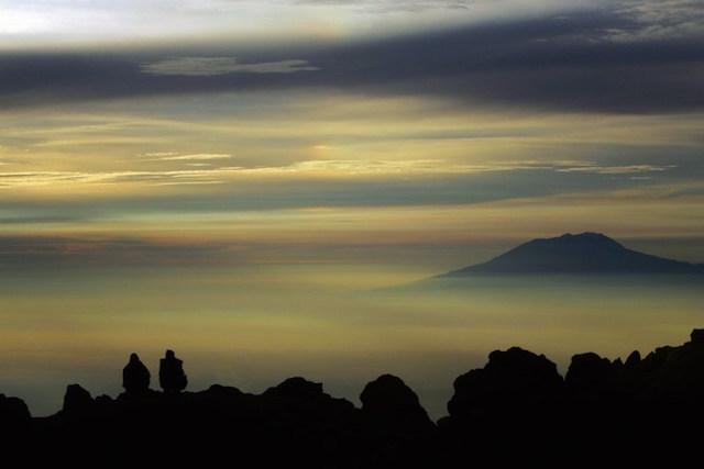 GUNUNG LAWU. Pemandangan matahari terbit dan Gunung Lawu terlihat dari Gunung Merapi. Foto oleh Olivier Laban-Mattei/AFP