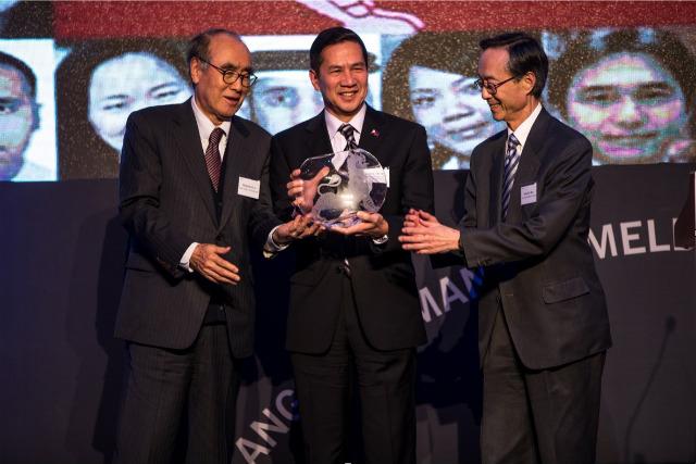HAILED IN KOREA. Philippine Ambassador to Korea Raul Hernandez receives the 2016 Ambassador of the Year Award from Asia Society on December 9, 2016. Photo courtesy of the Philippine embassy in Korea
