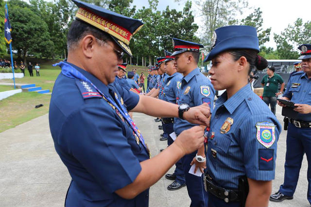 KATAPANGAN. PNP chief Director General Alan Purisima (L) awards PO1 Razel S. Genzola the PNP Medal of Bravery at Camp Quintin Merecido in Davao City on May 28, 2014. Photo courtesy of the PNP PIO