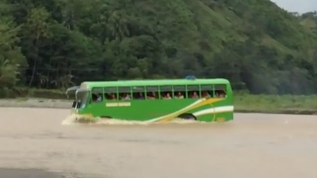 NO BRIDGE. Without a proper bridge, vehicles passing by the area of Sergio Osmeña in Zamboanga del Norte are forced to cross the river. Screenshot from Lang Jauculan's Facebook video