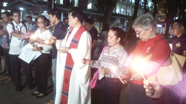 REMEMBERING. The Xavier Ateneo community in Cagayan De Oro lit candles in a prayer vigil to remember some of the martial law heroes. Photo by Angelo Lorenzo
