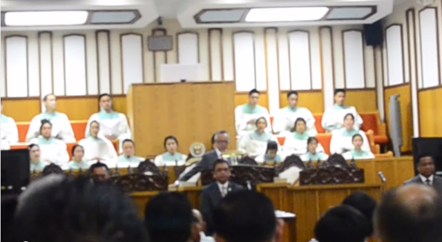 DEFYING ORDERS. An Iglesia ni Cristo minister is shown in a Youtube video defying orders of the church's central office, and quitting in the middle of a worship service. Screen grab from Youtube