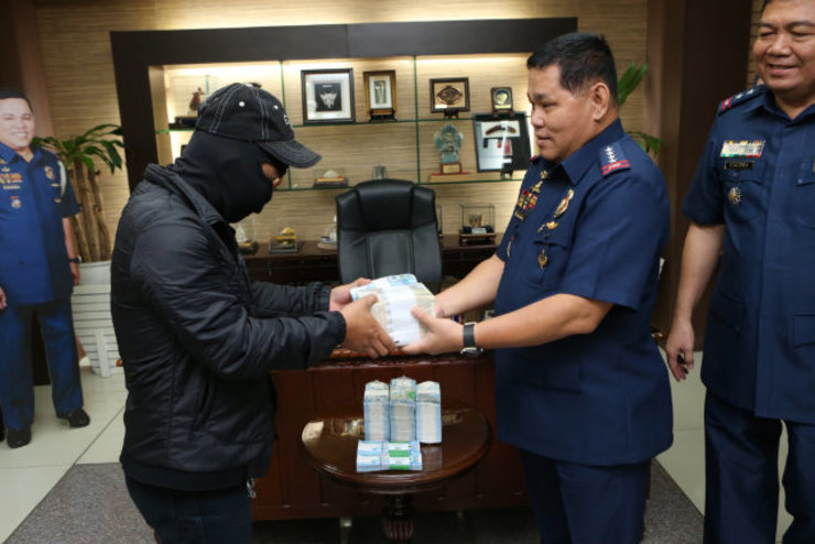 INFORMATION PAYS. PNP chief Director General Alan La Madrid Purisima handed a total of Php 5,200,000 cash to two informants who provided information that led to the arrest of controversial businessman Delfin Sy Lee and notorious NPA leader Grayson Magranga Naogsan. Photo courtesy of the PNP PIO