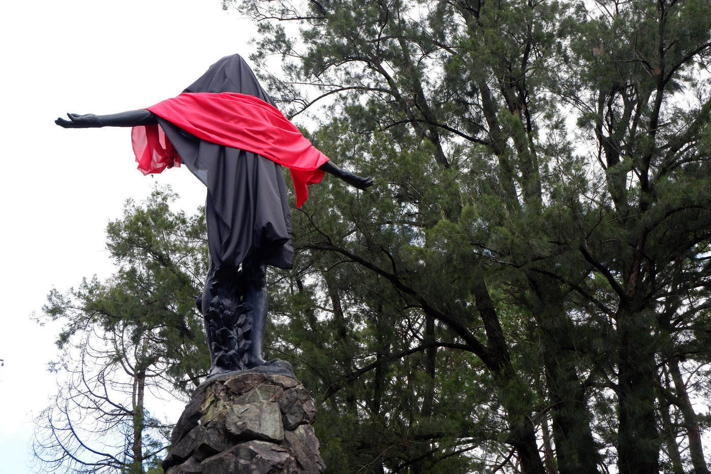 STOP THE KILLINGS. 'Oblation' in University of the Philippines-Baguio Campus is covered in black and red to condemn the killings in the country. Photo by Cielo Marie L. Esmeria/Rappler