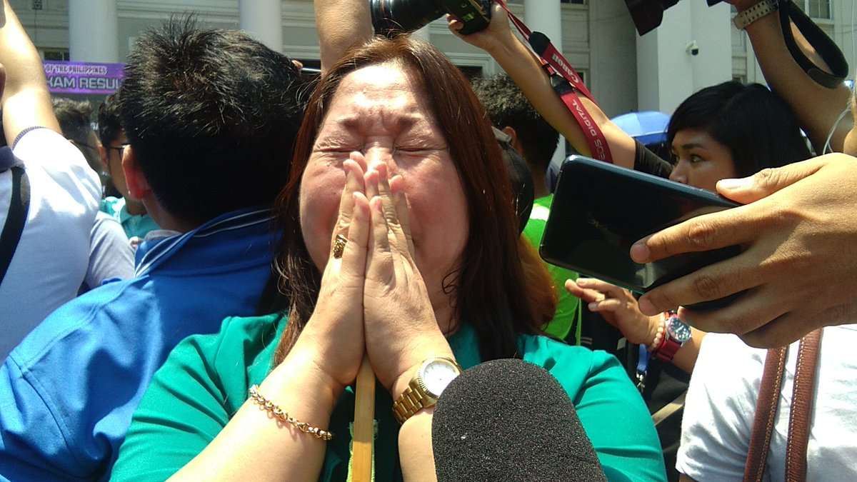 GRATITUDE. The proud mother of Nadine Patriziah Agustin rejoices when she sees her daughter pass the 2018 Bar Examinations on May 3. Photo by Isabel Lupac/Rappler