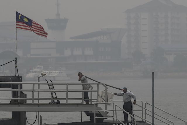 PORT KLANG. Kabut asap menyelimuti kawasan Port Klang, Malaysia, 5 Oktober 2015. Semua sekolah di Peninsular Malaysia, selain di negara bagian Kelantan, diperintahkan untuk tutup selama dua hari karena kabut yang memburuk. Foto oleh Fazry Ismail/EPA