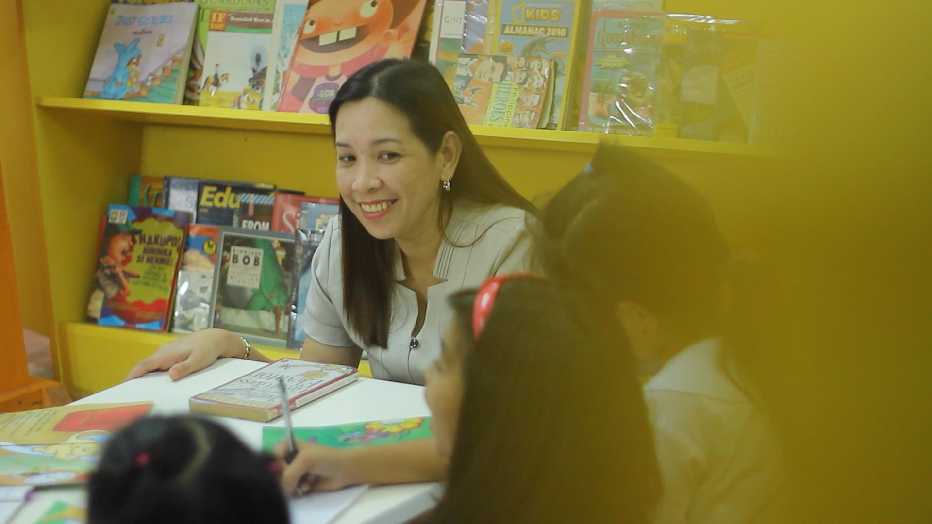SCIENCE MADE FUN. A teacher in a barrio in Tagaytay City makes learning science fun to students. Photo by Vee Salazar/Rappler