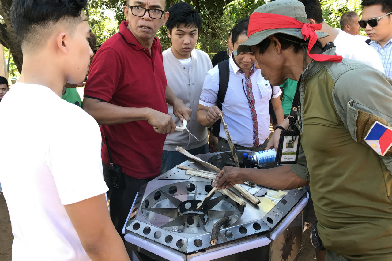 DEMO. Team Carding showed the community how the Bathala stove works. Photo by Aika Rey/Rappler