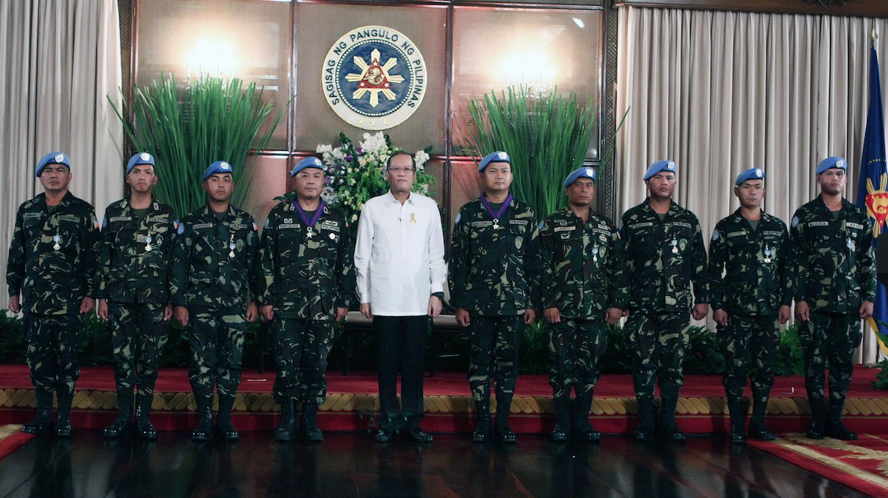 AWARDS: President Benigno Aquino III and the awardees of Distinguished Service Star and Gold Cross medals. Photo from AFP-PAO