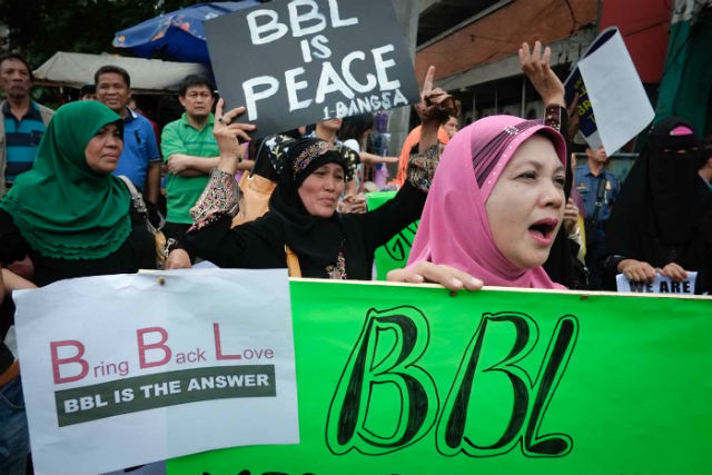 PEACE RALLY. Muslims from Manila, Bulacan, Pampanga, and Pangasinan converge at the Mendiola Peace Arch to push for the Bangsamoro Basic Law. File photo by George P Moya/Rappler