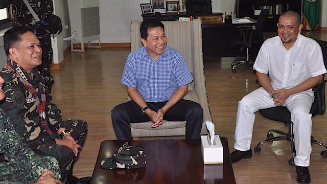 'SORRY.' Military chief General Gregorio Catapang Jr meets with Sulu officials led by Governor Abdusakur Tan II on October 24, 2014. Photo from Sulu Capitol