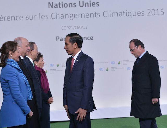 Presiden Jokowi disambut Presiden Perancis Francois Hollande dan Sekjen PBB Ban Ki-moon, saat memasuki arena KTT Perubahan Iklim, di Paris, 30 November 2015. Foto dari Setkab.go.id