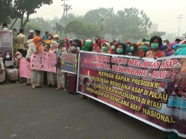 DEMO ASAP. Para guru berdemonstrasi meminta pemerintah menetapkan kabut asap sebagai bencana nasional di Pekanbaru, Riau, 23 Oktober 2015. Foto oleh Denni Risman/Rappler