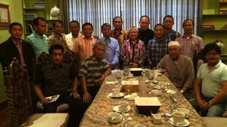 TOWARDS UNITY. Presidential Adviser on the Peace Process Secretary Teresita Deles and government representatives with with members of the Moro Islamic Liberation Front and the Moro National Liberation Front. Photo by OPAPP