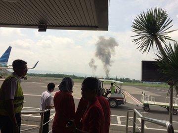 Pesawat milik TNI AU jatuh saat atraksi di Bandara Adi Sucipto, Yogyakarta. Foto dari Twitter/@jarwadi