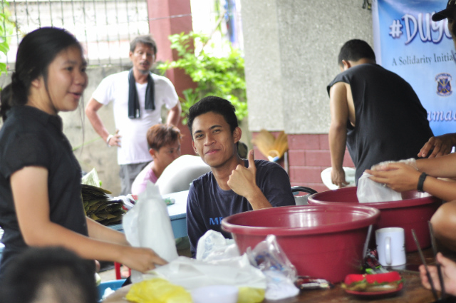 VOLUNTEERS. Students help in cooking and distributing food for those displaced by the crisis in Marawi. Photo by Wendy Perocho Salva