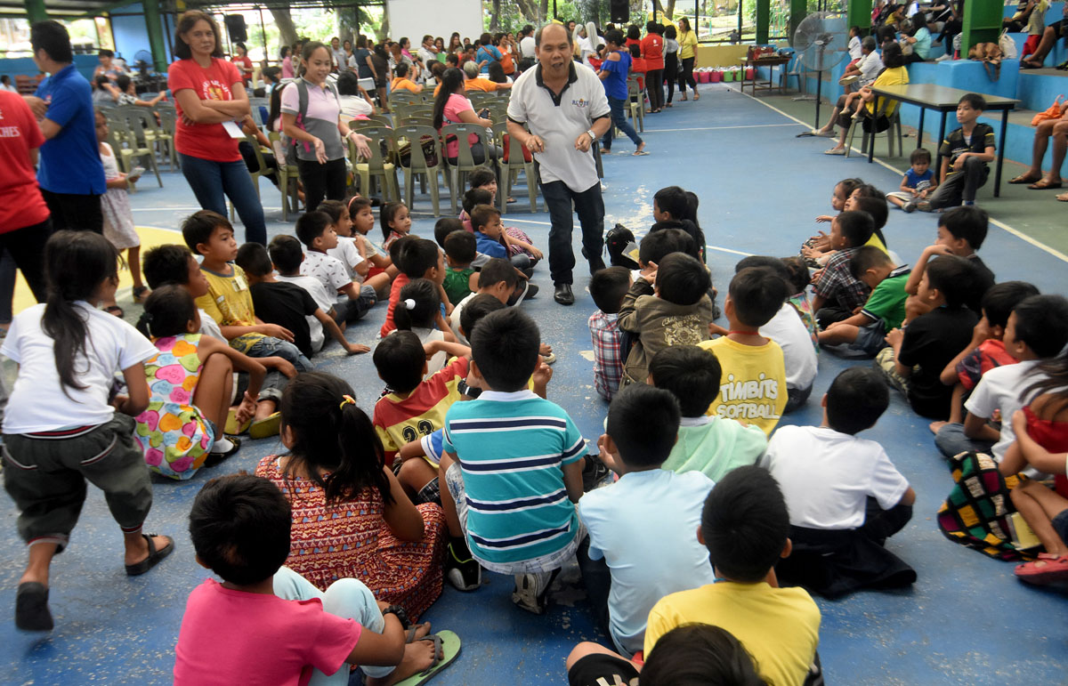 STORYTELLING. Kids of EJK families' victims listening attentively to some volunteers of the Diocese of Novaliches. Photo by Angie de Silva/Rappler