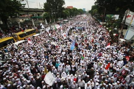 Massa Front Pembela Islam (FPI) melakukan longmars menuju Bareskrim dan Balai kota di Jakarta, Jumat (14/10). Mereka meminta pihak kepolisian memproses hukum Gubernur DKI Jakarta Basuki Tjahaja Purnama atau Ahok terkait pernyataannya yang dinilai menyinggung umat muslim beberapa waktu lalu. Foto oleh Rivan Awal Lingga/ANTARA