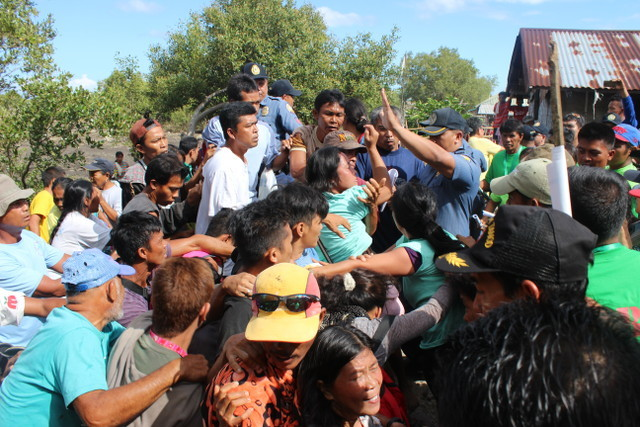 FIGHT FOR LAND. Land title-holders and farmers still in the employ of the Matias family clash during the May 15 installation attempt