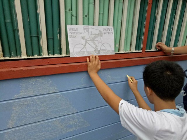 ART. Part of the contest is to ask children representatives to participate in a mural activity that aims to remind cyclists and bikers on the use of helmets. Photo by Kimiko Sy/Rappler