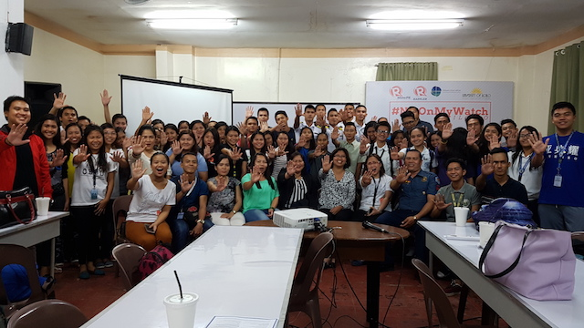 NO TO CORRUPTION! Participants of the #NotOnMyWatch reporting workshop at the PHINMA University of Iloilo on November 17, 2016, flash the 'No!' sign as part of a pledge to fight corruption. Gemma Mendoza/Rappler