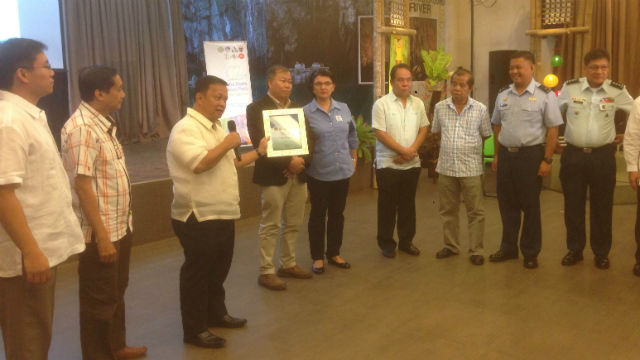PALAWAN PRIDE. ASEAN Center for Biodiversity executive director Roberto Oliva (3rd from left) hands the certificate naming Tubbataha Reef an ASEAN Heritage park to Tubbataha Management Office superintendent Angelique Songco (5th from left). Photo by David Lozada/ Rappler