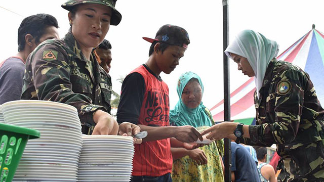 MOBILE KITCHEN. Soldiers bring a mobile kitchen to evacuation centers to serve Filipinos affected by the Marawi crisis. Photo courtesy of Joint Task Group Tabang Facebook page