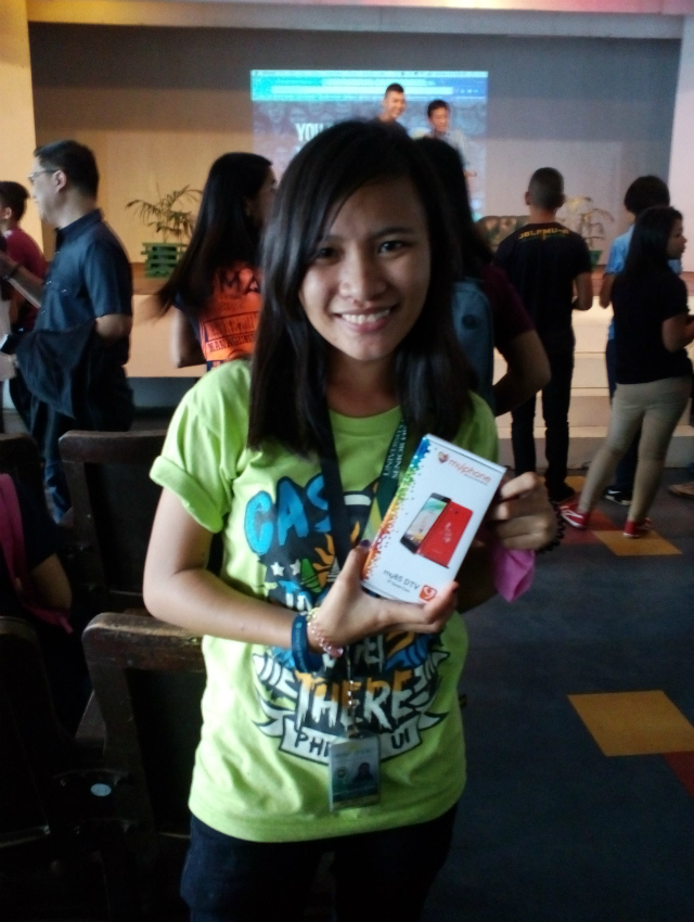 STORYTELLING. Annie Rafio of PHINMA University of Iloilo says she will use her new phone to spread the right information. Photo by Abigail Abigan/ Rappler