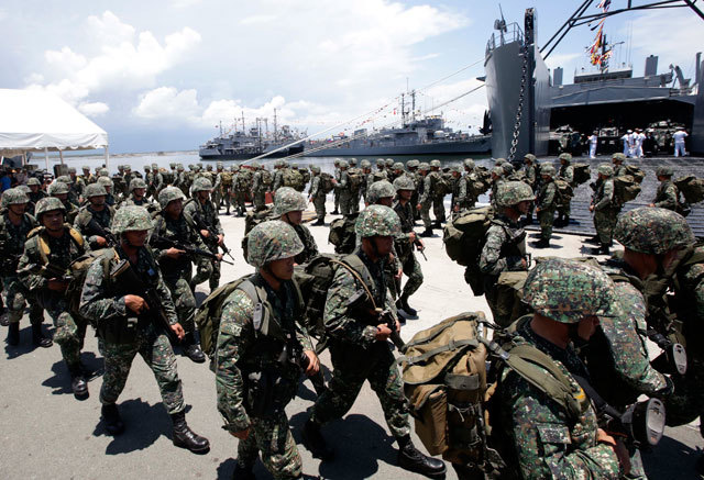 ROBBED? Some members of the Philippine Marine Corps reportedly failed to get their clothing and equipment allowance in CY 1999. File photo by Dennis Sabangan/EPA