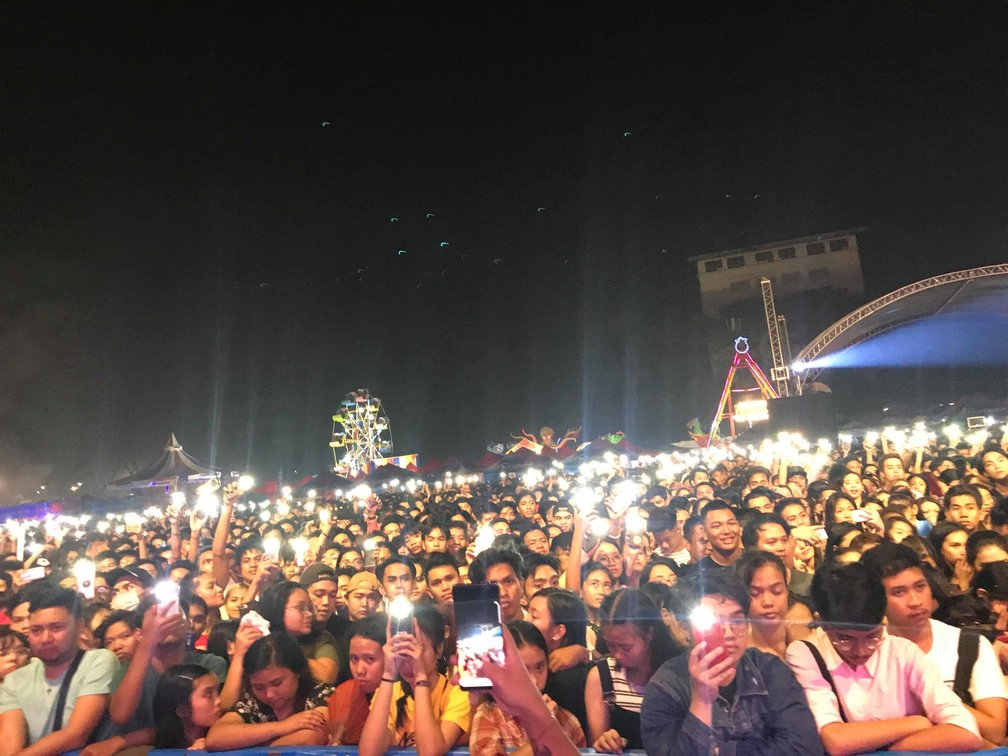 LIGHT. The UP Fair attendees turn on their mobile flashlights to express support for Maria Ressa and Rappler. Photo by Kurt Dela Peña/Rappler
