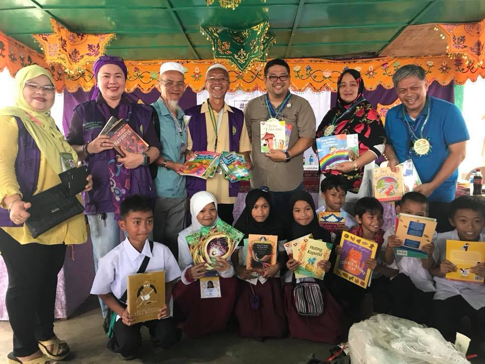 BOOKS. The Philippine Business for Social Progress donated books and school kits to students in Marawi City and Lanao del Sur. Photo by Rey Laguda