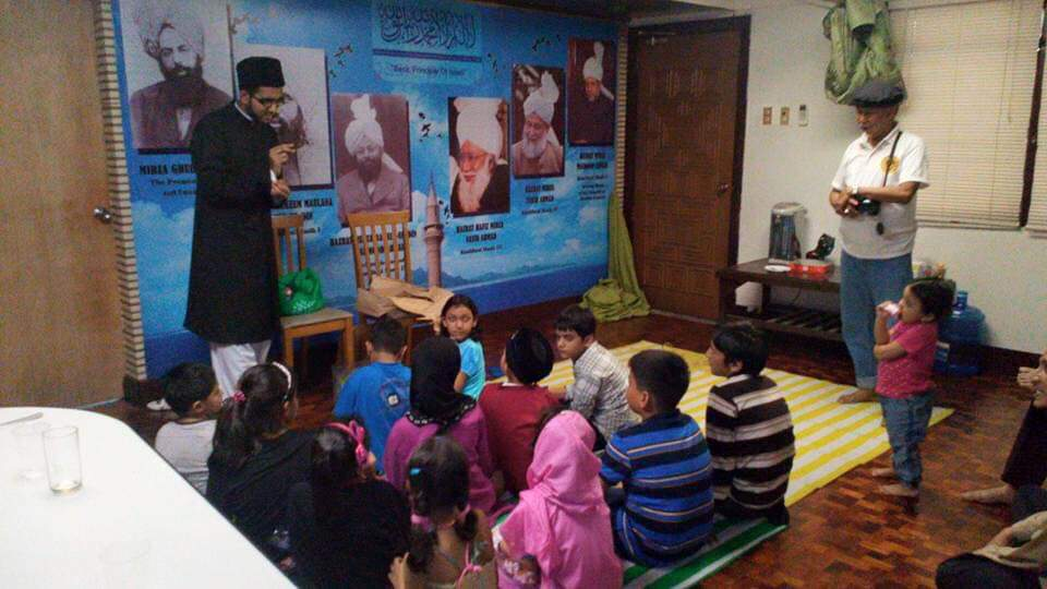 LESSONS. Refugee children participate in a history trivia lesson organized by the Ahmadiyya Muslim Community of the Philippines at their center in Paranaque City in Eid al-fitr, an Islamic festival that marks the end of the month of fasting in 2018. Photo by Talha Ali