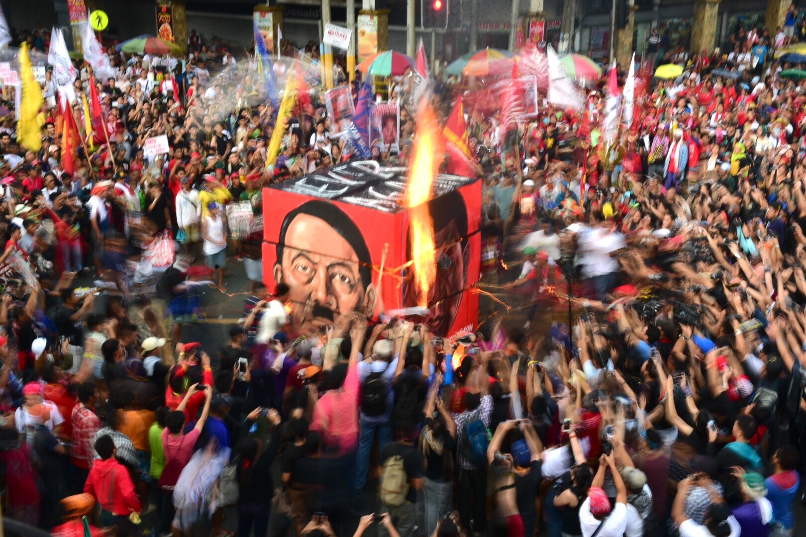 """MULTI-FACETED. An effigy showing the face of President Rodrigo Duterte called """"Rudy's cube"""" was being burned at Mendiola on the 45th anniversary of the declaration of Martial Law. Photo by Alecs Ongcal/Rappler"""
