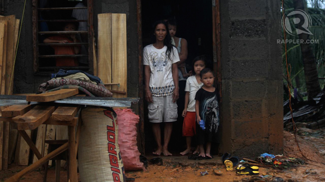DESTITUTE. Many poor families lost all their belongings in the typhoon. Photo by Karlos Manlupig