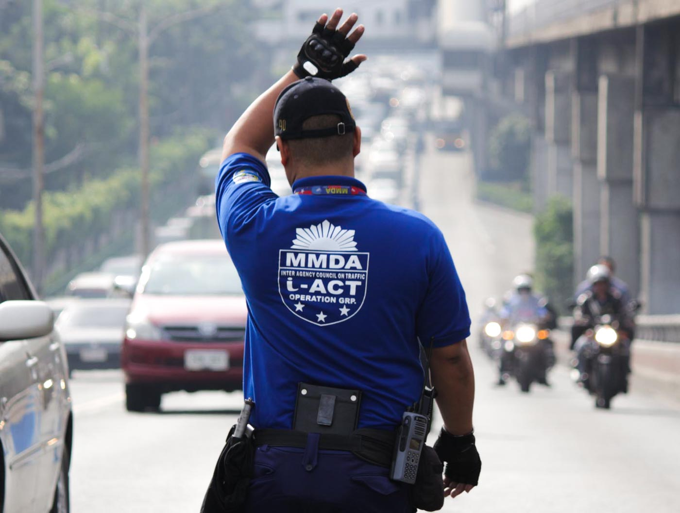 MMDA. A traffic enforcer manages traffic along EDSA. Photo by Darren Langit/Rappler