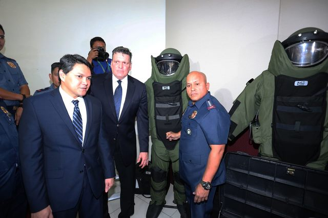 PNP AND THE US. PNP chief Ronald dela Rosa and US embassy officials during the turnover of equipment on September 7, 2016. File photo from PNP PIO