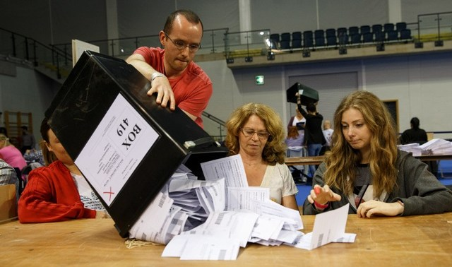 LONG NIGHT. Staff count ballot papers at the Glasgow count center at the Emirates Arena, Glasgow, Scotland, on June 23, 2016 after polls closed in the referendum on whether the UK will remain or stay in the European Union (EU). Robert Perry/AFP