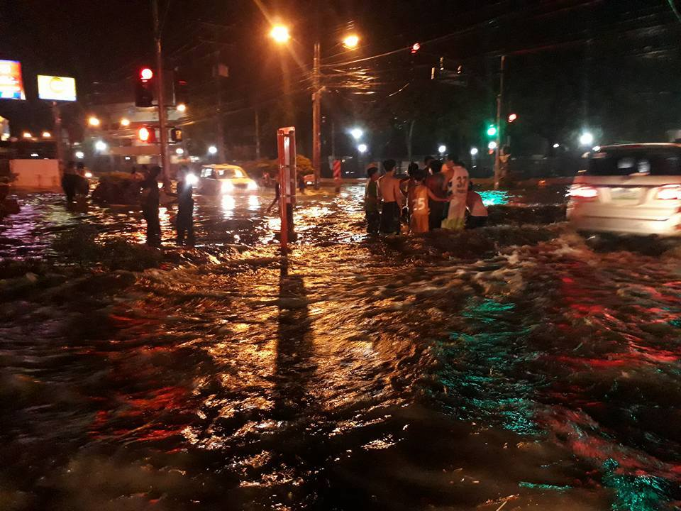 FLOODING HITS DAVAO. Commuters in Davao City are stranded due to flooding triggered by heavy rain Thursday night, September 7. Photo courtesy of Davao City Public Safety and Security/911